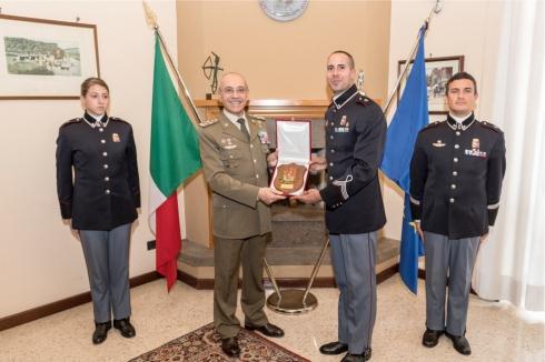 Scambio doni tra il Generale CA Danilo Errico e un allievo della scuola