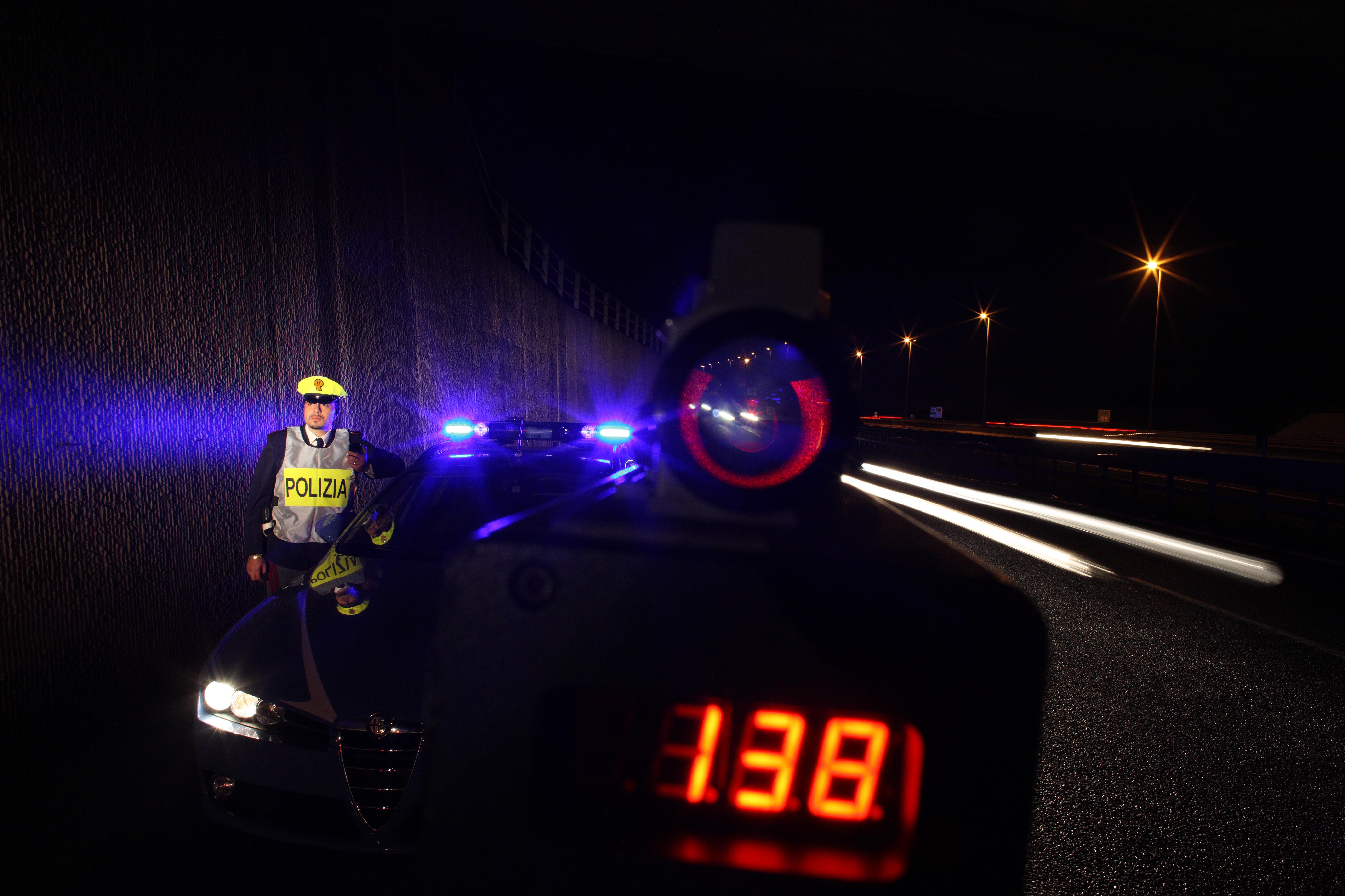 Roma, pattuglia di Polizia Stradale con un telelaser © Massimo Sestini
