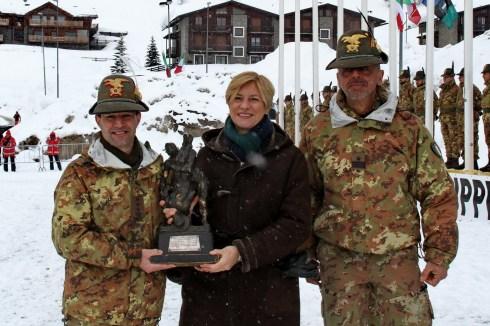 Il Ministro premia il Comandante del 7° reggimento Alpini