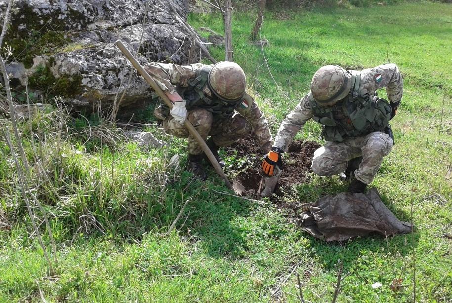 Estrazione dell'ordigno dal terreno