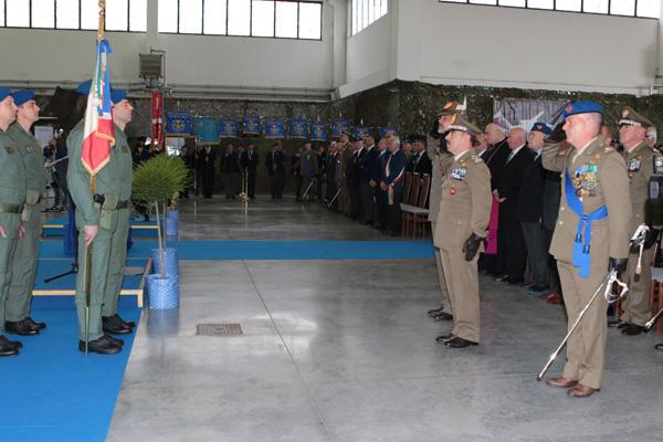 Il Capo di Stato Maggiore dell'Esercito Generale di Corpo d'Armata Salvatore FARINA saluta lo Stendardo 1