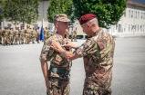 3Il Generale Sganga consegna il brevetto ad uno dei neo paracadutisti_100703