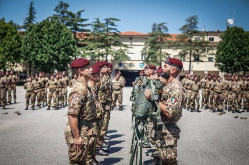 6La cerimonia del passaggio di consegna del paracadute dagli istruttori ai neo paracadutisti_180703