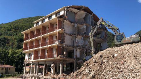 Le fasi della demolizione del Park hotel Visso (3)