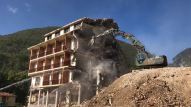 Le fasi della demolizione del Park hotel Visso (4)