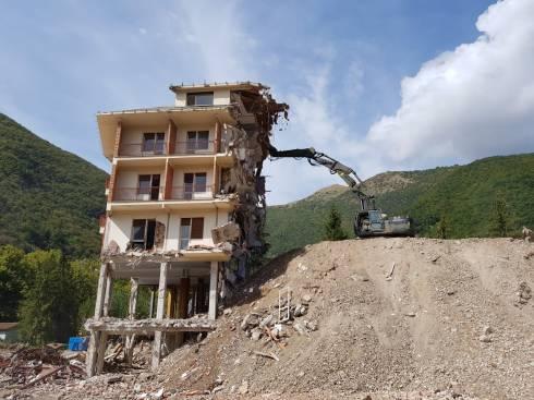 Le fasi della demolizione del Park hotel Visso (5)