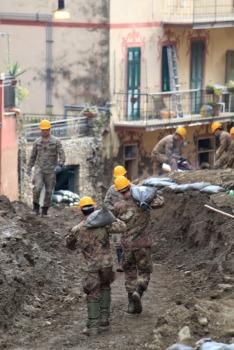 2 - Fortificazione degli argini con sacchetti a terra