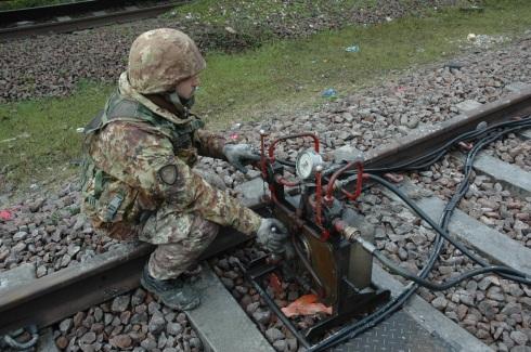 Militare del Genio ferroveri in operazione nell'EX SMART SAPPER