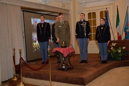 I frequentatori degli Istituti dell'Esercito suonano i rintocchi
