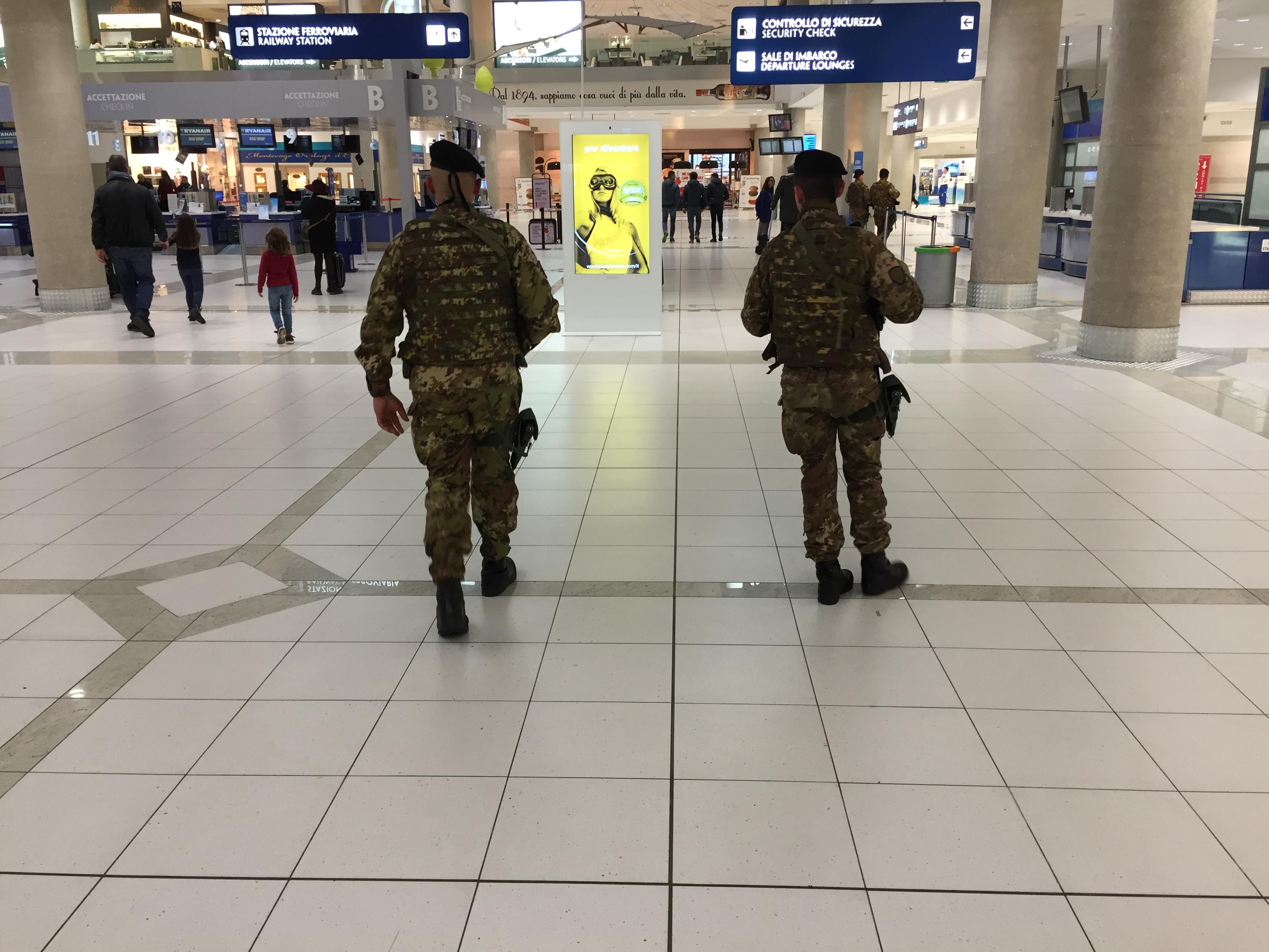 Foto 1 Vigilanza all'interno dell'aeroporto di Bari Palese