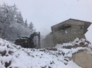 Sisma centro Italia, escavatore all'opera