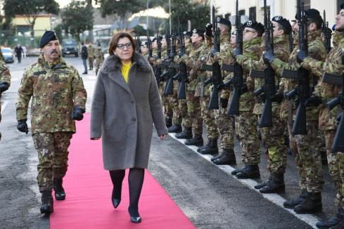 gli onori resi al ministro della difesa elisabetta trenta
