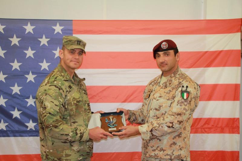 1. Missione in Iraq, da sx il Cap. stautinitense Joseph A. Kinsey (subentrante) i il Ten. Col. Vincenzo Leone (cedente).