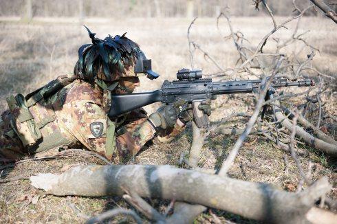 Un soldato impegnato nella Eagle Light III.jpg