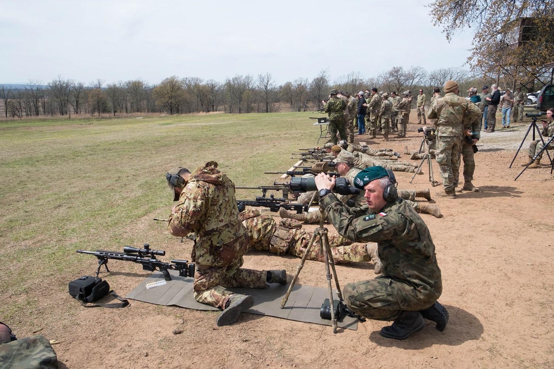3. Immagine del team italiano durante una delle prove di tiro di precisione