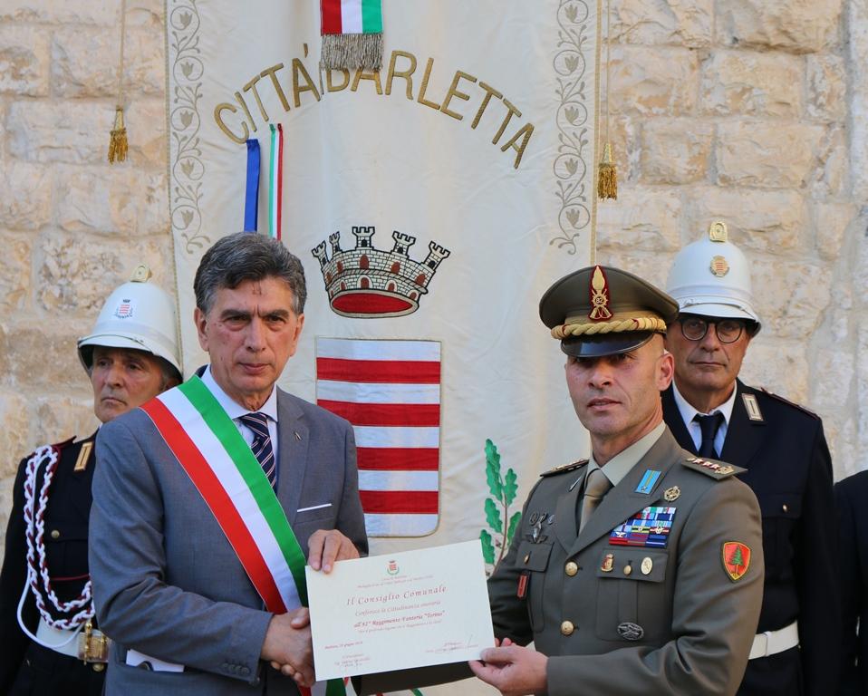 4.Il Sindaco consegna la Cittadinanza Onoraria al Comandante di reggimento