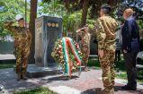 8. Il Generale Camporeale e l'Ambasciatore Cantone depongono una corona al monumento ai caduti