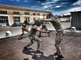 Militari dell'Esercito si addestrano al combattimento all'arma bianca