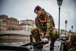 8 L'Esercito impiegato a Pisa per rinforzare l'argine del fiumeArno