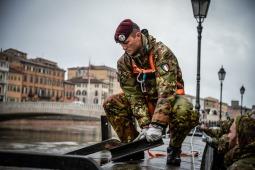 8 L'Esercito impiegato a Pisa per rinforzare l'argine del fiume Arno