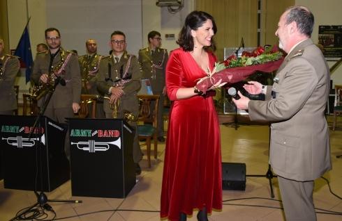 Foto n. 17 Concerto di Natale La Big Band - Omaggio floreale alla Special Guest Valeria Rinaldi