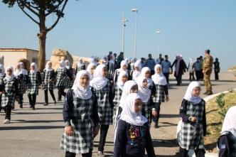 Scolari della Imam Sadr Foudation all'ingresso della base UNIFIL di Al Mansuri_resize