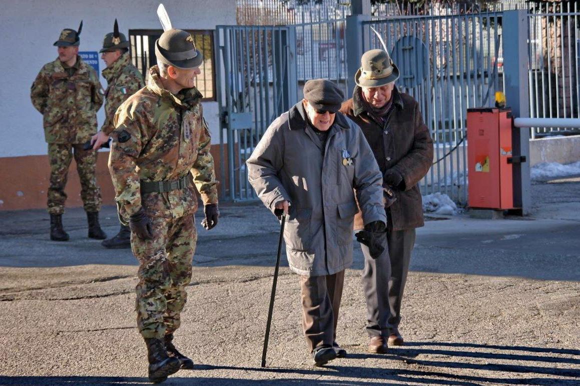 Il Comandante del 6° reggimento Alpini accoglie il Sig. Pocchiesa