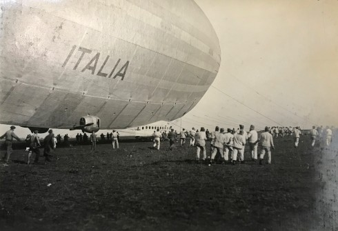 """16 maggio 1928. La fotografia ritrae il Dirigibile """"Italia"""" in uscita da un hangar"""