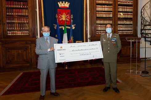 1 Il Capo di SME, Gen di C. A. Salvatore Farina consegna l'assegno simbolico per ONAOMCE