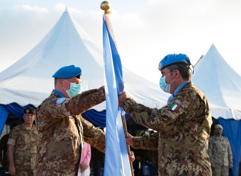 14 UNIFIL Force Commander e Head of Mission Gen. D Stefano Del Col consegna la bandiera UN al Gen. B. Di Stasio neo-comandante del Sector West