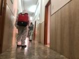 Foto 4_Militari durante le operazioni di sanificazione