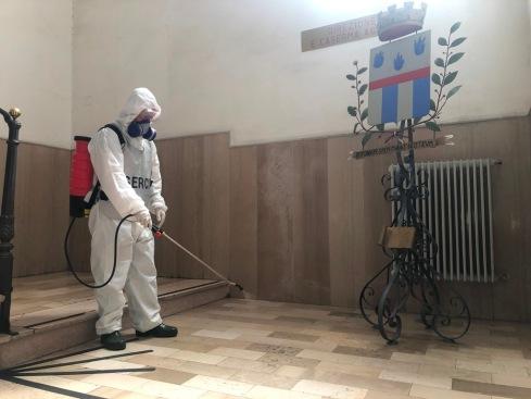 Foto 5_ Militare durante la sanificazione dei locali
