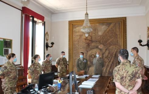 Il Comandante Logistico con il Direttore_nella Sala operativa del COM
