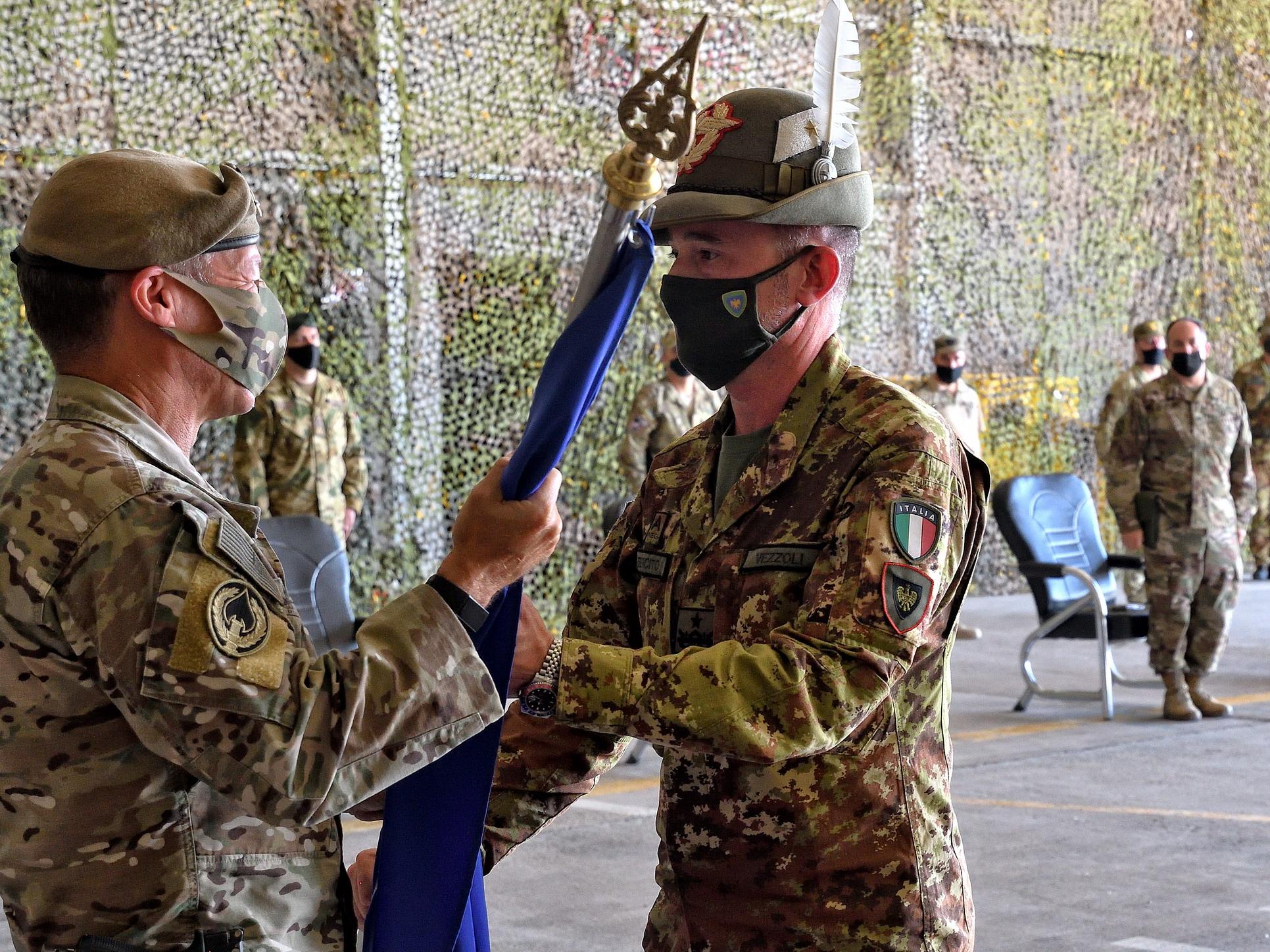 6 Consegna della Bandiera NATO al Gen Vezzoli