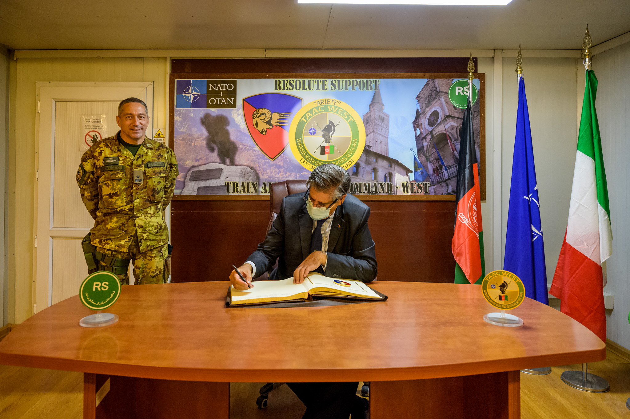 6. Firma dell'albo d'onore del TAAC-W