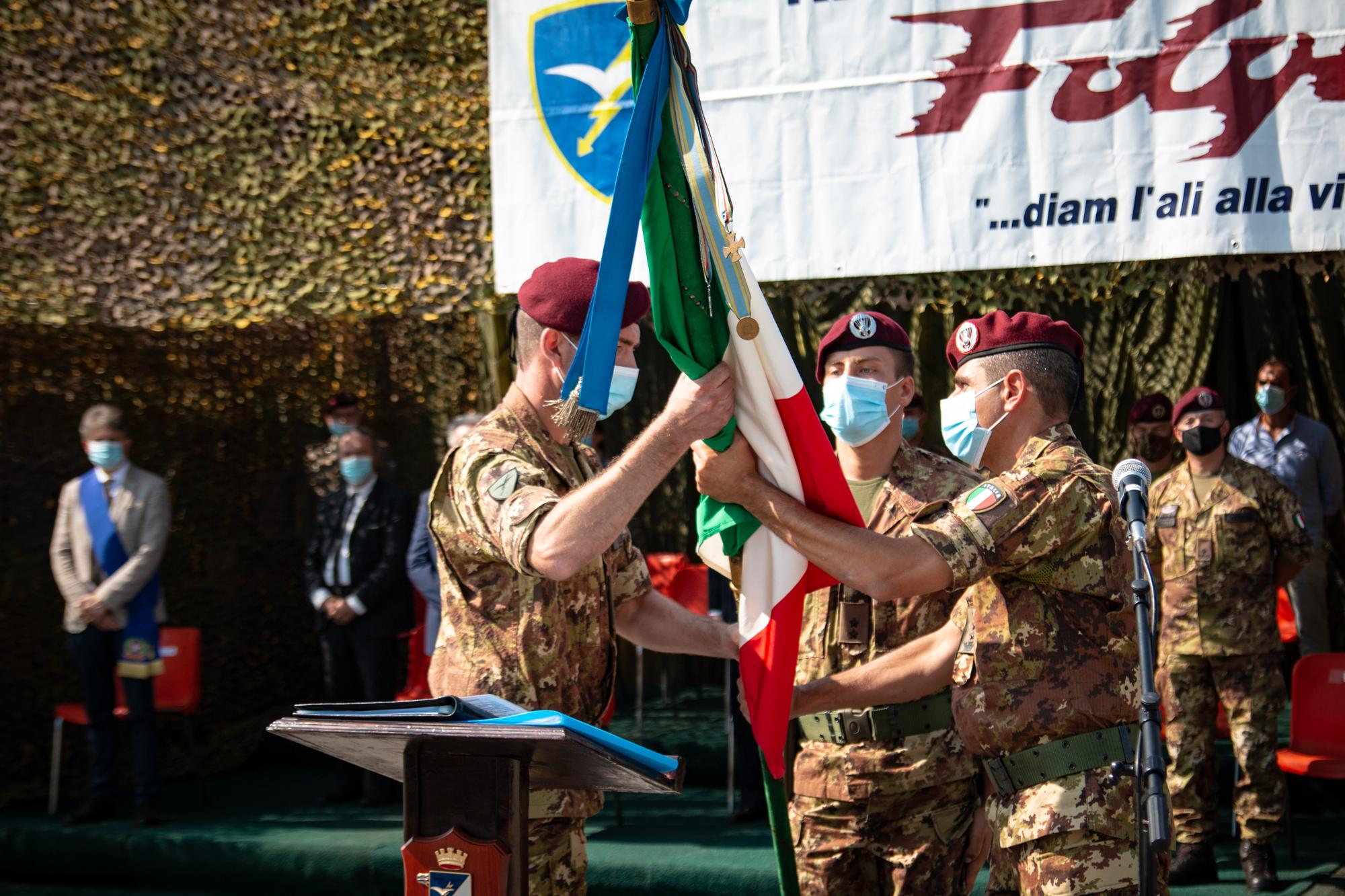 2 passaggio della Bandiera di Guerra tra il Comandante cedente ed il Comandante subentrante