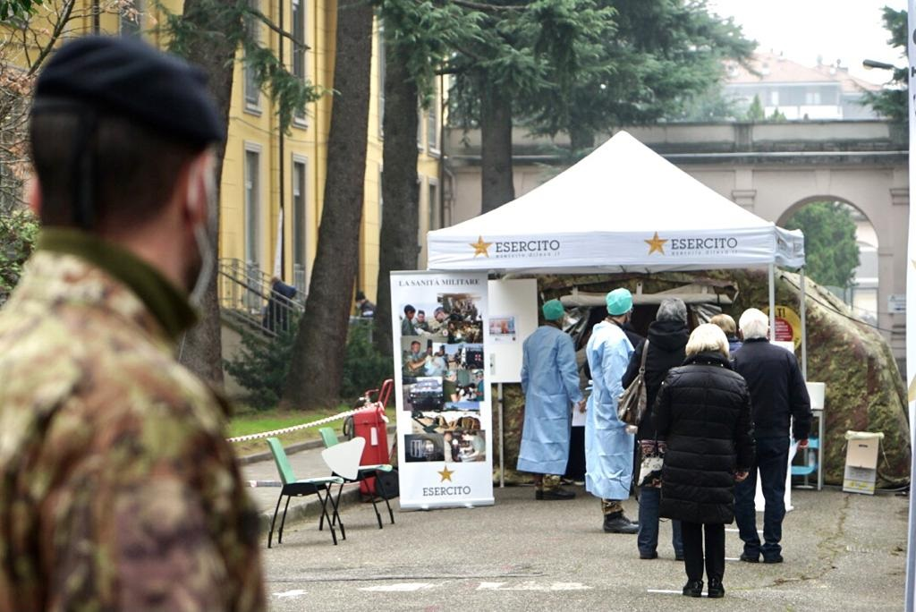 Somministrazione vaccini al Centro Ospedaliero Militare di Milano