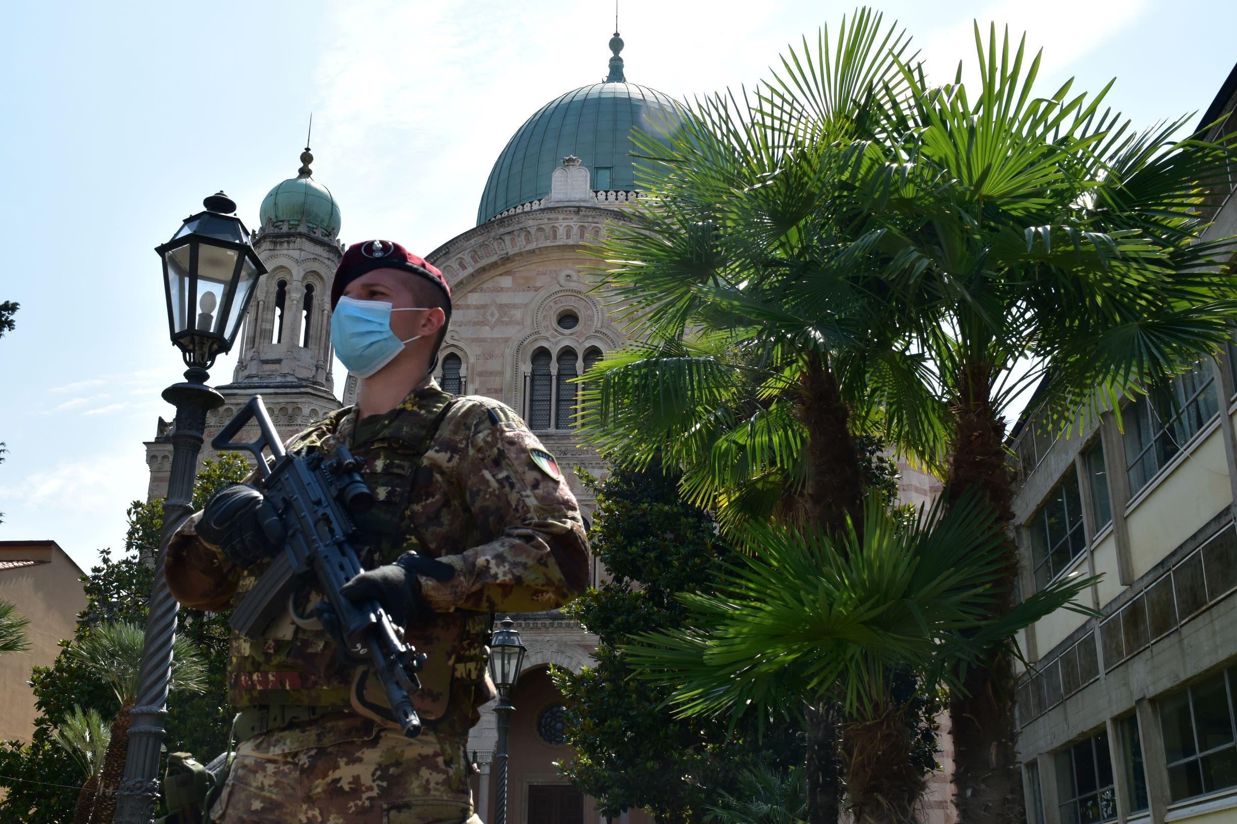 Operazione Strade Sicure. Militare della Brigata Folgore in servizio presso la Sinagoga di Firenze